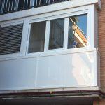 Cerramientos de terrazas con ventanas de aluminio y fijos con paneles en la zona inferior.