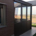 Puertas y ventanas de aluminio en terraza exterior de Madrid.